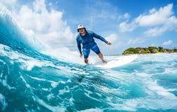 El practicar surf foto de archivo libre de regalías