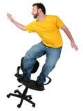 El practicar surf ocasional de la silla del hombre de los años del viernes 30 Imagen de archivo