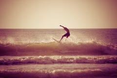 El practicar surf por la mañana Fotos de archivo libres de regalías