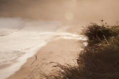 El practicar surf por la mañana Fotos de archivo