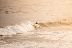 El practicar surf por la mañana Imagenes de archivo