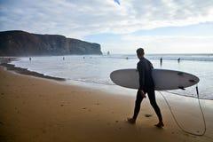 El practicar surf, Portugal Imágenes de archivo libres de regalías