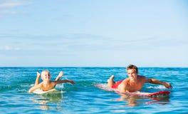 El practicar surf que va del padre y del hijo foto de archivo libre de regalías