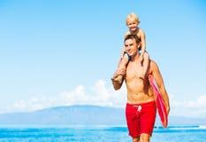 El practicar surf que va del padre y del hijo Imagen de archivo libre de regalías