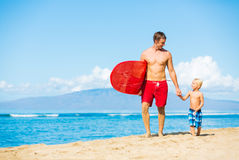 El practicar surf que va del padre y del hijo Imagenes de archivo