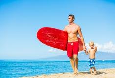 El practicar surf que va del padre y del hijo Fotografía de archivo
