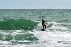 El practicar surf - reconstrucción y deporte Fotos de archivo libres de regalías