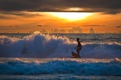 El practicar surf tailandés de la puesta del sol del muchacho Fotografía de archivo libre de regalías