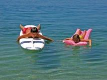 El practicar surf y hermana del muchacho en matrass Imagen de archivo