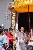 el Pre-monje dona el dinero en ceremonia budista de la ordenación Imagen de archivo