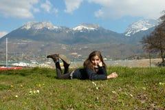 El preadolescente bonito está mintiendo en la hierba verde Imagen de archivo