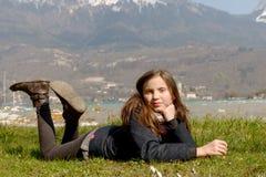 El preadolescente bonito está mintiendo en la hierba verde Fotos de archivo libres de regalías