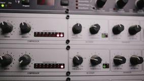 El preamplificación del mic que se utiliza en el estudio de radio almacen de metraje de vídeo