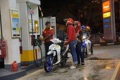 El precio de la gasolina sube foto de archivo
