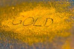 El precio del oro abajo y sube Foto de archivo