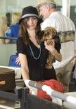 El premio Emmy Rossum de la actriz se ve en LAX fotos de archivo