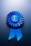 El premio para el segundo lugar en un fondo azul Foto de archivo