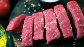 El prendedero crudo fresco de la carne de vaca, cutted en el filete junta las piezas, tiro del carro almacen de video