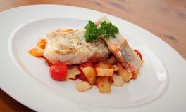 El prendedero de bacalaos coció en salsa y verdura de tomate Imagen de archivo libre de regalías