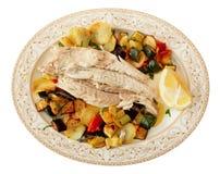 El prendedero de pescados coció con las verduras aisladas en blanco Fotos de archivo