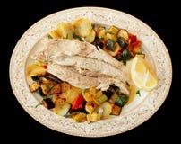 El prendedero de pescados coció con las verduras aisladas en negro Fotografía de archivo libre de regalías
