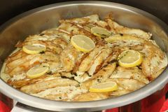 El prendedero de pescados con las rebanadas de limón y las hierbas muerden el prendedero de pescados del tamaño adornado con las  Imagen de archivo libre de regalías