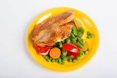 El prendedero de pescados frito con la verdura adorna Fotos de archivo libres de regalías