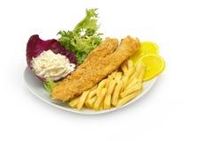 El prendedero y los microprocesadores de pescados sirvieron con la ensalada y las patatas fritas Fotografía de archivo