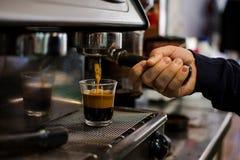 El preparar del profesional - detalles de la barra de café imágenes de archivo libres de regalías