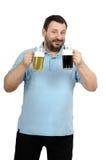 El preponerse beber la cerveza de cerveza dorada de la cerveza de malta entonces Fotografía de archivo libre de regalías