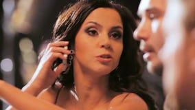 El presentador de señora TV discute la cantidad en llamada telefónica de contestación de la pantalla almacen de metraje de vídeo