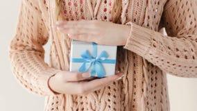 El presente da consigue la enhorabuena azul del hombre de la caja de regalo metrajes