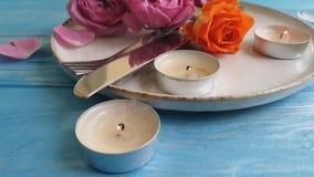 El presente de la cámara lenta de Rose hermoso celebra sorpresa romántica romántica elegante