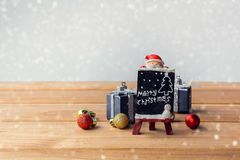 El presente de la caja de regalo y adorna Fotos de archivo libres de regalías