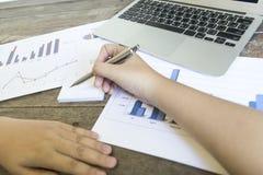 El presidente de la compañía está auditando actualmente los estados financieros de la compañía para preparar un plan para ampliar imagen de archivo libre de regalías