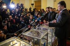 El presidente de Ucrania Petro Poroshenko votó sobre las elecciones tempranas t Foto de archivo libre de regalías