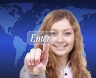 El presionado a mano de la mujer de negocios entra en el botón en un inte de la pantalla táctil Imagenes de archivo