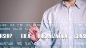 El presionar del hombre de negocios botón del concepto de las etiquetas o de las palabras claves almacen de metraje de vídeo