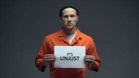 El preso que lo sostiene es plantilla injusta, pidiendo ayuda, los derechos humanos, inocencia almacen de video