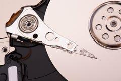 El primer abrió el disco duro desmontado del ordenador, hdd con efecto del espejo imagenes de archivo