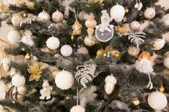 El primer adornó el árbol de navidad con los juguetes Fotografía de archivo