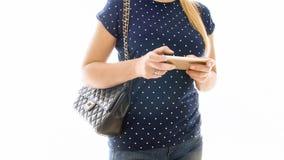 El primer aisló la foto de Internet de la ojeada de la mujer joven en el teléfono móvil Foto de archivo libre de regalías