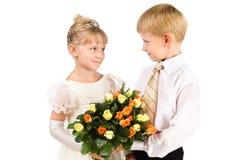 El primer amor. Pares hermosos con las flores Foto de archivo libre de regalías