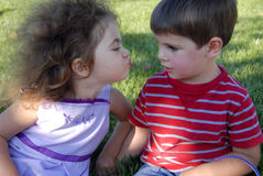 El primer beso Foto de archivo libre de regalías