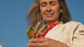 El primer, cámara lenta, mujer hermosa adorna la pinza de pelo para las espiguillas del trigo almacen de metraje de vídeo