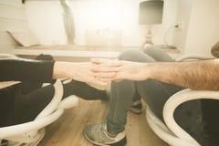 El primer de dos manos se unió a encariñado junto Concepto de amor entre los pares foto de archivo libre de regalías
