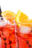 El primer de dos vidrios de spritz el cóctel del aperol del aperitivo con las rebanadas anaranjadas y los cubos de hielo aislados Imagen de archivo