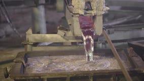 El primer, el de fundición es escurrió el horno Aluminio fundido de la cala Industria metal?rgica almacen de metraje de vídeo