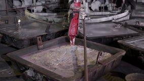 El primer, el de fundición se vierte de los baños especiales de los hornos De aluminio, el material que es ampliamente utilizado  almacen de metraje de vídeo