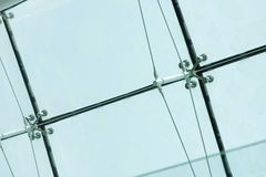 El primer de la araña afianza el montaje con abrazadera de las hojas de cristal Fotografía de archivo libre de regalías
